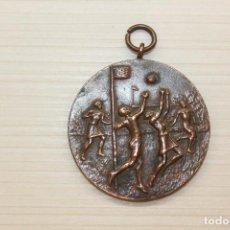 Medallas condecorativas: MEDALLA BALONCESTO, 1932. 4 CM DE DIÁMETRO. Lote 236975145