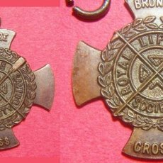 Medallas condecorativas: MEDALLA DE BRONCE ROYAL LIFE SAVING SOCIETY BRONZE CROSS 1960 CRUZ DE SALVAMENTO. Lote 246331400