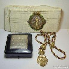 Medallas condecorativas: LOTE DEL ALCALDE DE CÁDIZ JOSÉ LEÓN DE CARRANZA. FAJÍN CON CORONA DE ORO (18 K), MEDALLA E INSIGNIA.. Lote 264312776