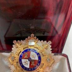 Médailles décorations: MEDALLA AL MÉRITO EN METAL DORADO Y PLATEADO. CON CAJA.. Lote 275219278