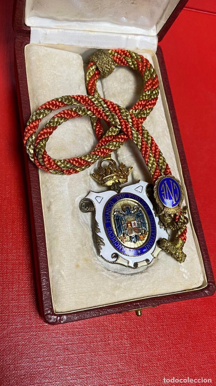 IMPRESIONANTE MEDALLA DE CATEDRATICO ESMALTADA CON CORONA MOVIL. 6 X 5 CM MEDALLA (Numismática - Medallería - Condecoraciones)