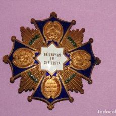 Medallas condecorativas: ANTIGUA GRAN PLACA DE BRONCE DORADO Y ESMALTES TRIUMPHUS IN SAPIENTIA - TRIUNFO DE LA SABIDURÍA. Lote 284008943