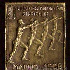 Coleccionismo deportivo: V I JUEGOS DEPORTIVOS SINDICALES MADRID,AÑO 1968. MEDALLA PIN ORIGINAL, MEDIDAS 50MM X 42MM. Lote 26620747