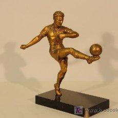 Coleccionismo deportivo: FIGURA DE FUTBOLISTA EN ESTAÑO DORADO SOBRE BASE DE MARMOL. AÑO 1930. Lote 12437556