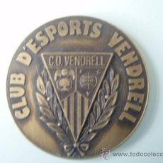 Coleccionismo deportivo: MEDALLA DEL 75 ANIVERSARIO DEL C.D.VENDRELL DE 1.988. Lote 26466210