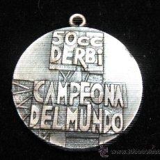 Coleccionismo deportivo: ANTIGUA MEDALLA DE LA MARCA DERBI CAMPEONA DEL MUNDO EN 50 CC EN RELIEVE 3,20 CENT DIAMETRO. Lote 29942250