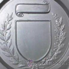 Coleccionismo deportivo: LOTE DE 3 PLATOS DE ESTAÑO CON ESCUDO CENTRAL PARA GRAVAR,PARA HACER TROFEO O DECORACIÓN. . Lote 30189577