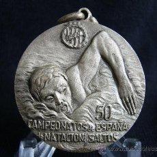 Coleccionismo deportivo: MEDALLA 50 CAMPEONATOS DE NATACIÓN Y SALTOS DE ESPAÑA. BARCELONA. AÑO 1960.. Lote 31665999