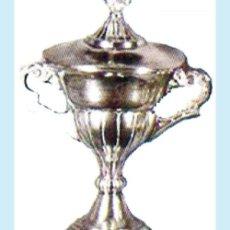 Coleccionismo deportivo: COPA PLATEADA DEPORTIVA CON TAPA. ALTURA 26 CM. ANCHO 20 CM.. Lote 32046092