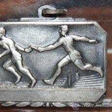 Coleccionismo deportivo: ANTIGUA MEDALLA AÑOS 50 DEPORTVA EN METAL PLATEADO. Lote 32928493