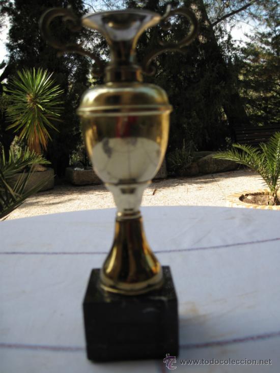 COPA - TROFEO EN LATON CON BASE EN MARMOL NEGRO. (Coleccionismo Deportivo - Medallas, Monedas y Trofeos - Otros deportes)