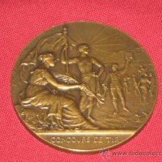 Coleccionismo deportivo: MEDALLA CONMEMORATIVA DE 1933 DE UN TORNEO DE TIRO - FRACESA - FRANCIA - VER ADICIONALES. Lote 36187995