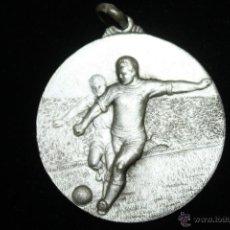 Coleccionismo deportivo: MEDALLA METAL PLATEADO AÑOS 40,FUTBOL. Lote 41708873
