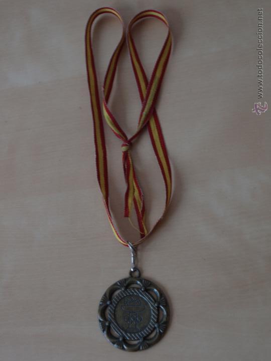 Coleccionismo deportivo: MEDALLA DEPORTIVA. AROS Y ANTORCHA OLIMPICA. 5 CM DIAMETRO. 80 CM CINTA BANDERA ESPAÑA.VER FOTOS. - Foto 2 - 42857431