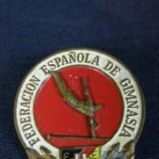 Coleccionismo deportivo: MEDALLA INSIGNIA ESMALTADA FEDERACIÓN ESPAÑOLA DE GIMNASIA MITAD S XX 3,5X3CMS. Lote 43328385