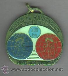 AGUJA MEDALLA -CICLISMO -BICICLETA BREVETS RANDONNEURS MONDIAUX 200 KM, AUDAX C,PARIS- FRANCIA (Coleccionismo Deportivo - Medallas, Monedas y Trofeos - Otros deportes)