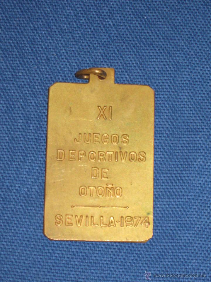 Coleccionismo deportivo: AYUNTAMIENTO DE SEVILLA - MEDALLA DE LOS XI JUEGOS DEPORTIVOS DE OTOÑO DE 1974 - Foto 2 - 46240129