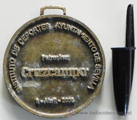 Coleccionismo deportivo: MEDALLA - VIVICITA 2000 VUELTA A SEVILLA - PATROCINA CERVEZA CRUZCAMPO - DEPORTE CARRERA - DE METAL - Foto 2 - 46247022