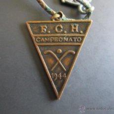 Coleccionismo deportivo: INSIGNIA F.C.H. CAMPEONATO DE HOCKEY NACIONAL DEL AÑO 1944. 3 X 2.5 CM. Lote 46423756