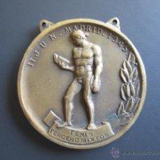 Coleccionismo deportivo: MEDALLA SEU (FALANGE) TENIS (TERCEROS MIXTOS) II. JUEGOS UNIVERSITARIOS. 1945. DIÁMETRO 4 CM. Lote 46424432