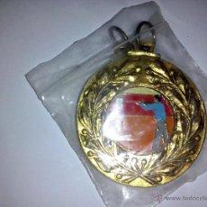 Coleccionismo deportivo: MEDALLA DEPORTIVA SIN USAR BRONCE ESMALTADA TIRO AL PLATO. Lote 46757682