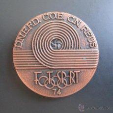 Coleccionismo deportivo: MEDALLA D.N.E.F.D. C.O.E. C.N. REUS. FOTOSPORT, 1974. DIÁMETRO 45 MM. Lote 48568720