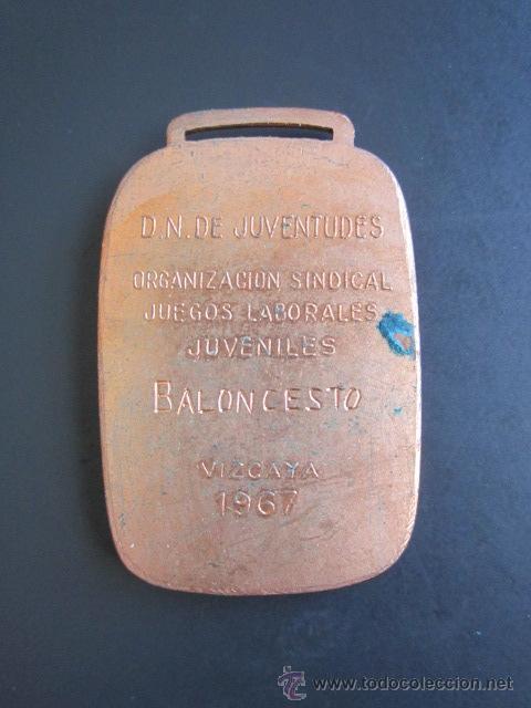 Coleccionismo deportivo: MEDALLA ORGANIZACIÓN SINDICAL JUEGOS LABORALES JUVENILES. BALONCESTO. VIZCAYA, 1967. 30 X 45 MM - Foto 2 - 48569259