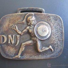 Coleccionismo deportivo: MEDALLA D.N. DE JUVENTUDES. II CAMPEONATO INFANTIL DE TIRO NEUMÁTICO. 1967. 30 X 45 MM. Lote 48569332
