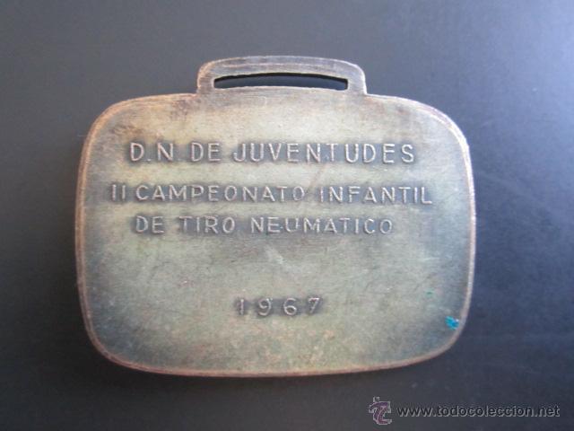 Coleccionismo deportivo: MEDALLA D.N. DE JUVENTUDES. II CAMPEONATO INFANTIL DE TIRO NEUMÁTICO. 1967. 30 X 45 MM - Foto 2 - 48569332
