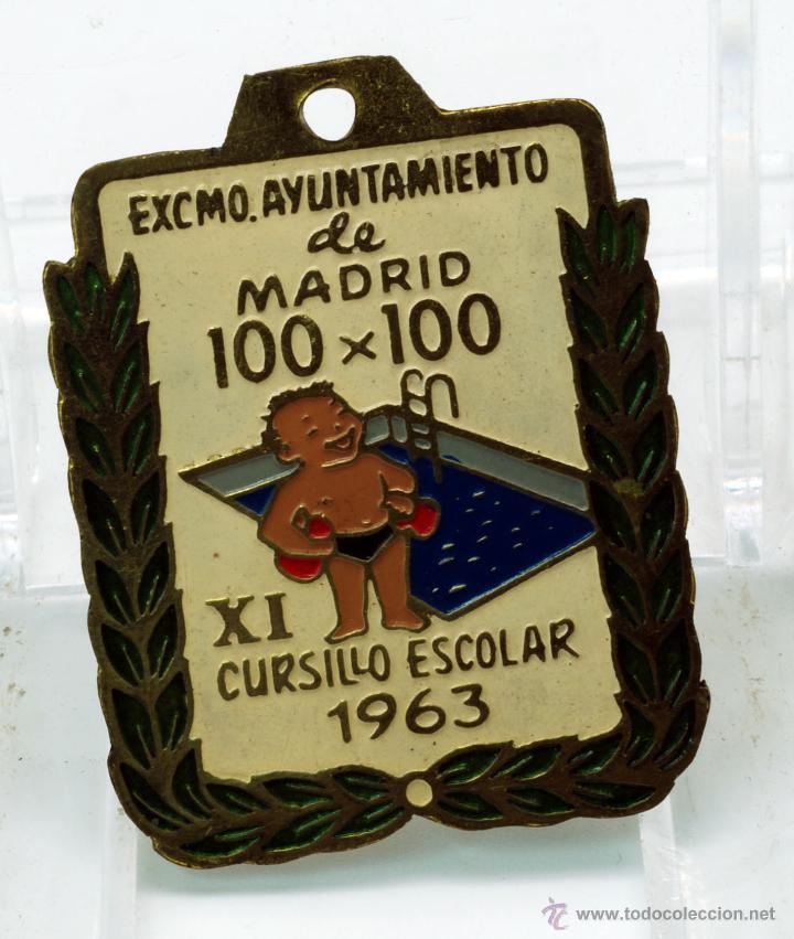 CHAPA PIN AYUNTAMIENTO MADRID XI CURSILLO ESCOLAR NATACIÓN 100 X 100 1963 (Coleccionismo Deportivo - Medallas, Monedas y Trofeos - Otros deportes)
