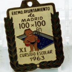 Coleccionismo deportivo: CHAPA PIN AYUNTAMIENTO MADRID XI CURSILLO ESCOLAR NATACIÓN 100 X 100 1963. Lote 51120319