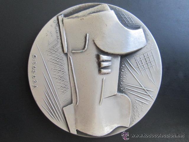 MEDALLA DE PLATA. V BIENAL INTERNACIONAL DEL DEPORTE EN LAS BELLAS ARTES. BARCELONA, 1975. 60 MM (Coleccionismo Deportivo - Medallas, Monedas y Trofeos - Otros deportes)