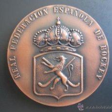 Coleccionismo deportivo: MEDALLA DE LA REAL FEDERACIÓN ESPAÑOLA DE HOCKEY. I COPA DE EUROPA BRUSELAS 1970. Lote 51796487