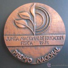 Coleccionismo deportivo: MEDALLA EDUCACIÓN FISICA. PREMIO NACIONAL 1976. VALLMITJANA. 80 MM. Lote 51799336