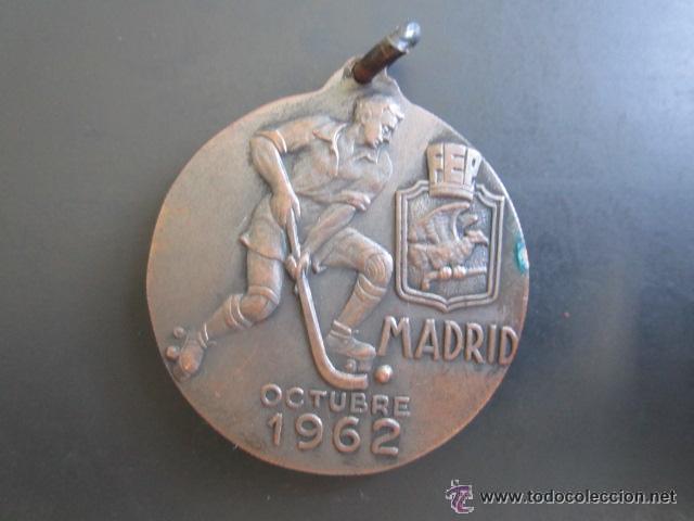 Coleccionismo deportivo: MEDALLA CAMPEONATO DE EUROPA JUNIORS. HOCKEY SOBRE PATINES. MADRID, 1962. DIÁMETRO 35 MM - Foto 2 - 51799708