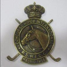 Coleccionismo deportivo: CHAPA DE METAL DEL CONCURSO HIPICO INTERNACIONAL. R. S. H. E. C. C. MADRID, 1956. 16 X 12 CM. Lote 57723602