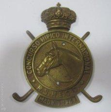 Coleccionismo deportivo: CHAPA DE METAL DEL CONCURSO HIPICO INTERNACIONAL. R. S. H. E. C. C. MADRID, 1949. 16 X 12 CM. Lote 57723645