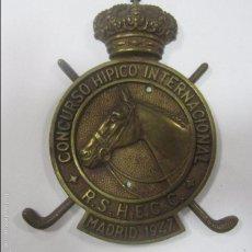 Coleccionismo deportivo: CHAPA DE METAL DEL CONCURSO HIPICO INTERNACIONAL. R. S. H. E. C. C. MADRID, 1947. 16 X 12 CM. Lote 57723698