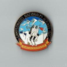 Coleccionismo deportivo: INSIGNIA CAMPEONATO NACIONAL DE ESQUI ALPINO 1965. Lote 57874804