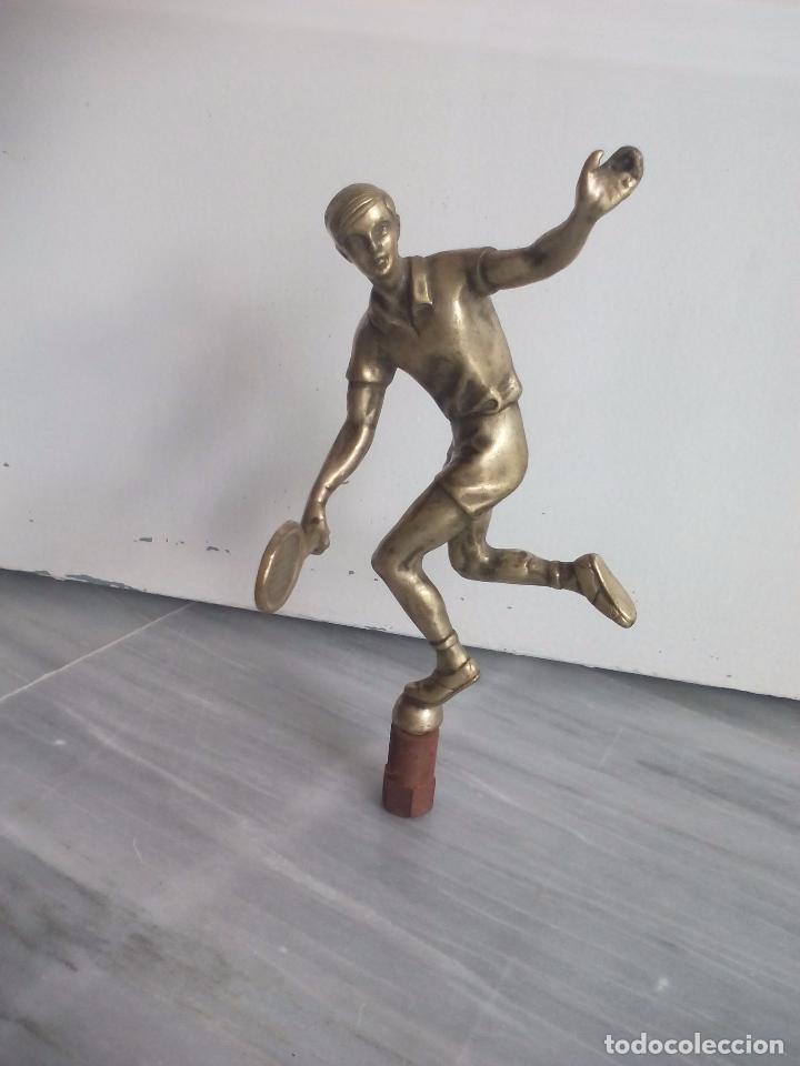 FIGURA DE TENISTA, JUGADOR DE TENIS. EN BRONCE O LATÓN. ESTATUILLA, ESCULTURA. TROFEO. (Coleccionismo Deportivo - Medallas, Monedas y Trofeos - Otros deportes)