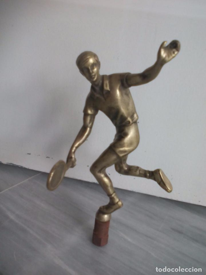Coleccionismo deportivo: Figura de tenista, jugador de tenis. En bronce o latón. estatuilla, escultura. Trofeo. - Foto 3 - 268909524