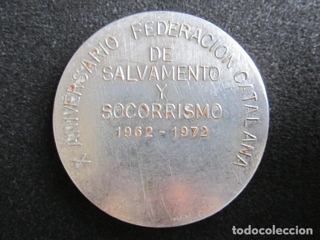 Coleccionismo deportivo: MEDALLA DE PLATA SOS. SOCORRISMO. X ANIVERSARIO FEDERACIÓN CATALANA DE SALVAMENTO. 1962-1972. - Foto 2 - 63621735