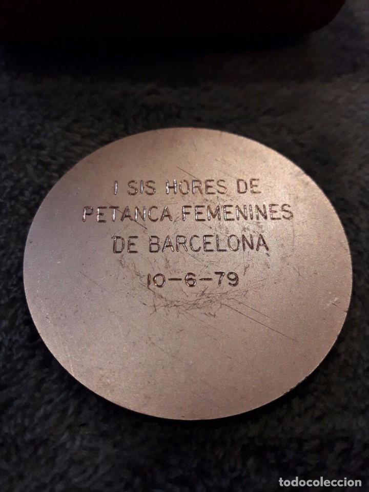Coleccionismo deportivo: MEDALLA SIS HORES DE PETANCA FEMENINES DE BARCELONA / 1979 / 5 Cms. / CON SU CAJA - Foto 2 - 74178547