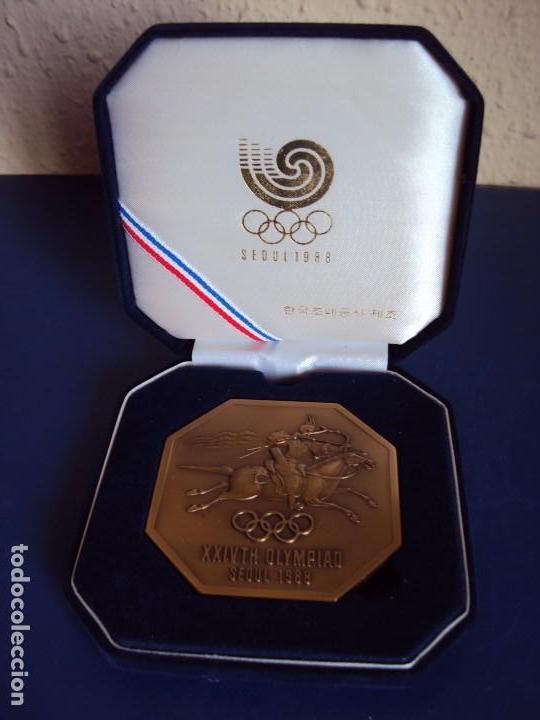 (F-170458)MEDALLA DE LOS JUEGOS OLIMPICOS SEUL 1988 (Coleccionismo Deportivo - Medallas, Monedas y Trofeos - Otros deportes)