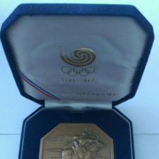 Coleccionismo deportivo: MEDALLA OFICIAL OLIMPIADAS SEOUL 1988. CON SU ESTUCHE. Lote 90431903