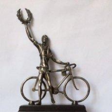 Coleccionismo deportivo: TROFEO VINTAGE DE CICLISMO EN ALPACA PLATEADO CON ÁGUILA Y CICLISTA LAUREADO. Lote 93355995