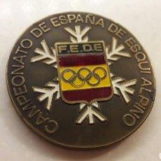 Coleccionismo deportivo: MEDALLA PISAPAPELES CAMPENATO ESPAÑA ESQUI ALPINO. Lote 94191285
