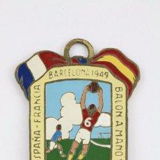 Coleccionismo deportivo: ANTIGUA MEDALLA - BALONMANO 11. ESPAÑA-FRANCIA. BARCELONA, 1949 - / FEBM - MEDIDAS 3 X 4,5 CM. Lote 94386906