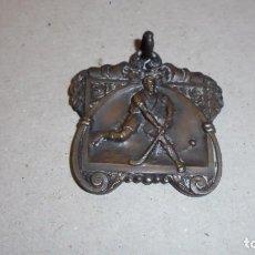 Coleccionismo deportivo: HOCKEY - ANTIGUA MEDALLA , REVERSO S.E.U. CAMPEON D.U. 1944 - 4X4 CM. . Lote 99534495