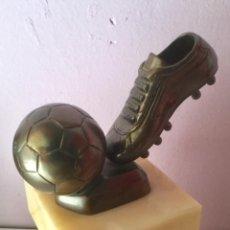 Sports collectibles - Trofeo de fútbol. Bota y balón en bronce macizo - 101137183